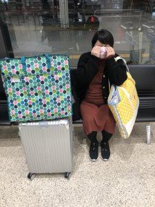 空港で泣きまねをする妻